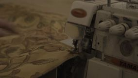 De naaimachine maakt naden bij het in de schede steken in meubilairfabriek stock footage