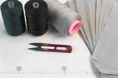 De naaisters van het de schaarhulpmiddel van de dradencentimeter makende naaiende winkel royalty-vrije stock afbeeldingen