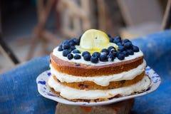 De naakte cake van de citroenbosbes met bosbessen op bovenkant en mascarpone het boter berijpen royalty-vrije stock afbeelding