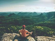 De naakte mens in de yogalotusbloem stelt voor ademhaling, het mediteren en het ontspannen Sportman die een Zitting van de Yogaoe royalty-vrije stock fotografie