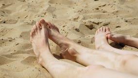 De naakte voeten op het zand sluiten omhoog Het Eiland van Tristan De zonnige dag van de zomer stock video