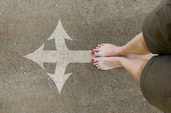 De naakte voeten van vrouwen op de landweg Royalty-vrije Stock Afbeeldingen