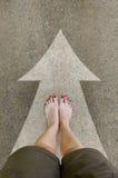 De naakte voeten van vrouwen op de landweg Stock Afbeeldingen