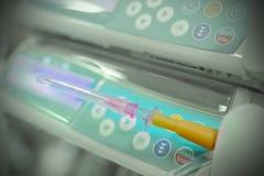 De naald met een medisch infusiesysteem, rust uit Stock Afbeelding