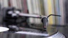 De naald van DJ bij het spinnen van vinyl, verslagachtergrond Stock Afbeeldingen