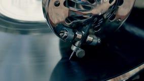De naald van het toonwapen van het oude uitstekende close-up van de grammofoonplaat stock video
