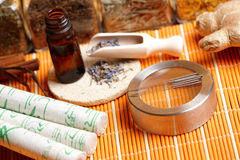 De naalden van de acupunctuur, moxastokken en lavendel Royalty-vrije Stock Foto