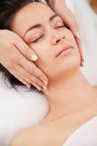 De naalden van de acupunctuur op hoofd Stock Foto's