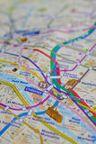 De naam van Parijs bij een kaart met rode de torenminiatuur van Eiffel Stock Foto's