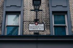 De naamteken van de Monmouthstraat op een bakstenen muurgebouw in Covent-Tuin, Londen, het UK Royalty-vrije Stock Foto's