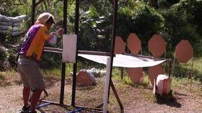 De nabijheid van het mensenoverzicht van doel tijdens praktijk opleiding in het praktische schieten stock footage