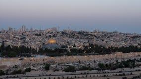 De nacht aan de tijdspanne van de dagtijd van de koepel van de rots en de tempel zetten van het onderstel van olijven in Jeruzale stock video