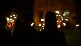 De nacht fireshow in de voorrijen is het publiek stock videobeelden