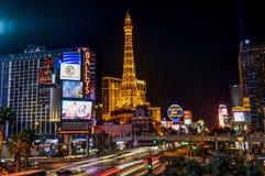 De nacht geschotene lange mening van de Blootstellingsstrook met de Toren van Eiffel in Las Veg royalty-vrije stock afbeeldingen