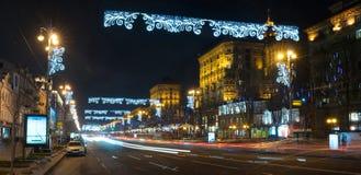 De nacht in de grote stad, de auto's die op de weg reizen en glanst een verblindend licht Stad, Kiev - december, 2017 Cristmas royalty-vrije stock foto's