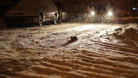 De nacht sneeuwde Straatverkeer stock videobeelden