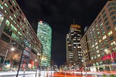 De nacht speelt Boulevard op Potsdamer Platz in Berlijn, Duitsland mee stock foto's