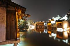 De nacht toneel van waterige stad Stock Foto's