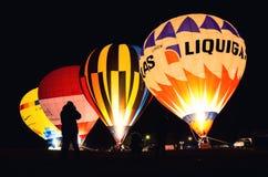 De nacht toont van luchtballonnen tijdens het traditionele epiphany festival in Mondovì Piemonte, Italië stock foto's