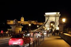 De nacht van Boedapest De Brug en Royal Palace van de ketting met het panorama van Donau Royalty-vrije Stock Afbeelding