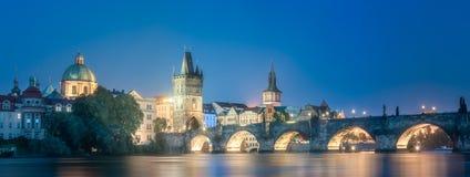 De nacht van Charles bridgeat, Praag, Tsjechische Republiek stock foto's