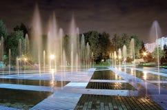 De nacht van de fontein stock foto's