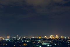 De nacht van de landschapsstad met dramatische humeurige donkere hemel stock afbeeldingen