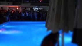De nacht van de poolpartij in de openlucht de zomerclub waar de Mensenbeweging vertroebelde stock videobeelden