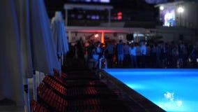 De nacht van de poolpartij in de openlucht de zomerclub waar de Mensenbeweging vertroebelde stock footage