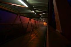De nacht A van de voetgangersbrugmetro Stock Afbeelding