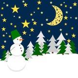 De nacht van de winter Forest Landscape met Sneeuwman Royalty-vrije Stock Foto