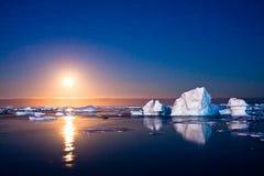 De nacht van de zomer in Antarctica stock afbeeldingen