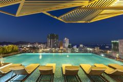 De nacht van het het hotel zwembad van Vietnam stock foto