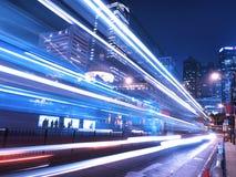 De Nacht van het verkeer in het Verbazen van Stad Stock Foto