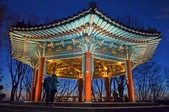 De nacht van Seoel, Zuid-Korea, 12-19-2012: Cityscape bij de Toren van N Seoel, Seoel, de mening van Zuidenkorenight bij de toren Stock Foto's