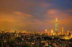 De nacht van de stad van Taipeh met 101 toren, Centrum is een oriëntatiepuntwolkenkrabber in Taipeh, Taiwan royalty-vrije stock foto