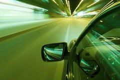 De nachtaandrijving van de autosnelheid Royalty-vrije Stock Foto's