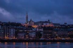 De nachtcityscape van Boedapest over de rivier van Donau en het kasteel op de achtergrond stock afbeelding