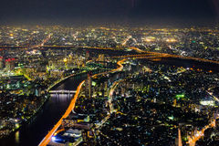 De nachtcityscape van de Arakawarivier stock fotografie