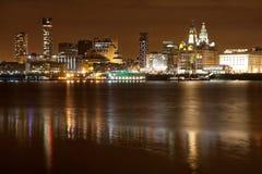 De nachtcityscape van Liverpool stock foto