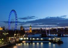 De Nachtcityscape van Londen Stock Afbeeldingen