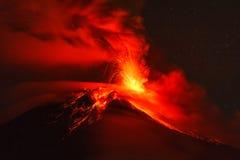 De nachtexplosie van de Tungurahuavulkaan Stock Foto