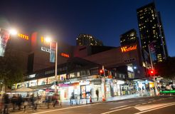 De nachtfotografie van Westfield is een groot binnen winkelend centrum in de voorstad van Chatswood in de lagere het Noordenkust  stock afbeelding