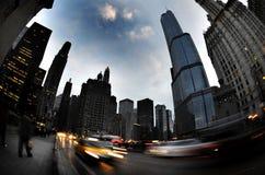 De Nachtgebouwen van Chicago met Verkeer stock afbeeldingen