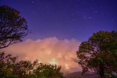 De nachthemel en het overzees vertroebelen bij nacht op de berg in Chiang Mai Stock Fotografie