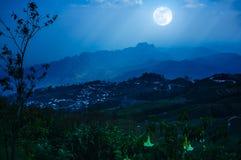De nachthemel met mistige bewolkt en zonnestraal, is swingin boven mounta Stock Foto