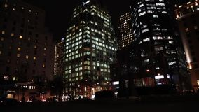 De nachthighrise van het stadsleven gebouwen stock video