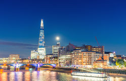De nachthorizon van Londen met bezinningen in de rivier van Theems Royalty-vrije Stock Afbeeldingen