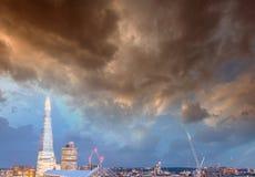 De nachthorizon van Londen over rivier Theems royalty-vrije stock afbeeldingen