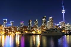 De nachthorizon van Toronto met kleurrijke bezinningen stock foto
